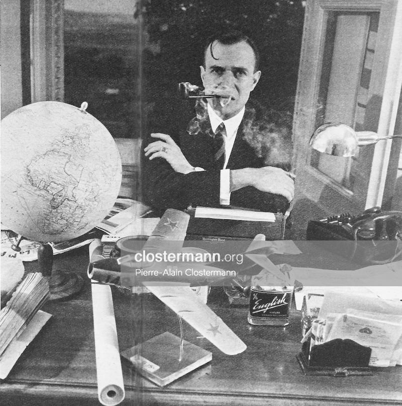 Fig. 1 : Clostermann, qui fume sans arrêt et n'écrit plus qu'à la machine, a devant lui la maquette du chasseur à réaction M.I.G. 15, qu'il a fait réaliser d'après ses informations personnelles (photographié à son domicile de Saint-Thierry près de Reims)