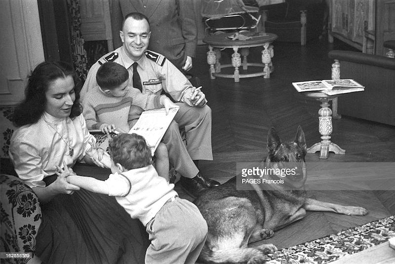 Fig. 1 :Pierre Clostermann, dont le roman vécu, « Le Grand Cirque », est un des best-sellers de la jeunesse française, a laissé sa femme Jacqueline et ses fils (5 ans, 18 mois et 2 mois) sous la protection de son chien Black.