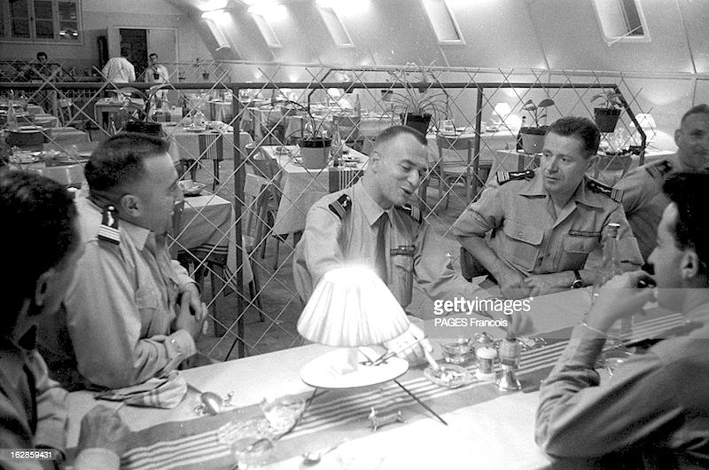 Fig. 4 : Au mess, il a retrouvé la fraternité des hommes au combat. A sa G., Le colonel Duranton, commandant de la base.