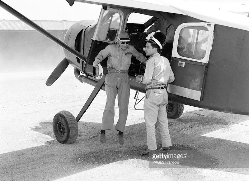 Fig. 2 :Clostermann descend de son avion, un « Broussard », monomoteur de 450 CV. À bord, 2 caméras, une mitrailleuse.